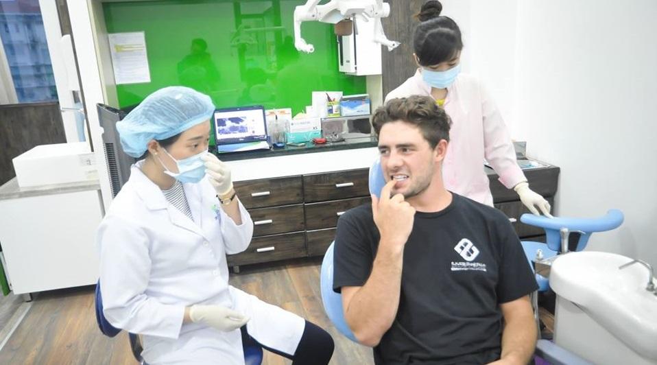 Răng khôn không đau có nên nhổ?