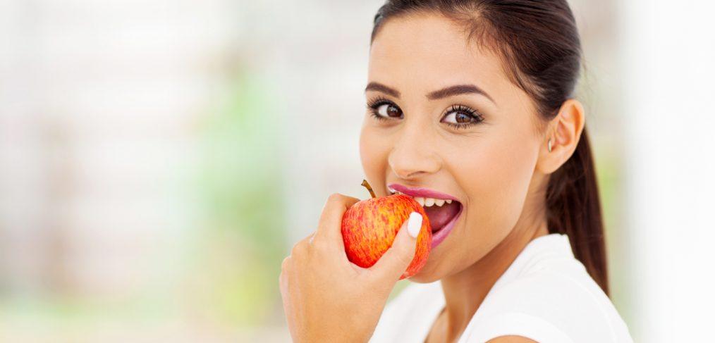 Ăn táo và các loại rau củ giòn giúp sạch và trắng răng